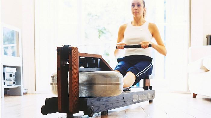 Frau trainiert mit dem Gerät